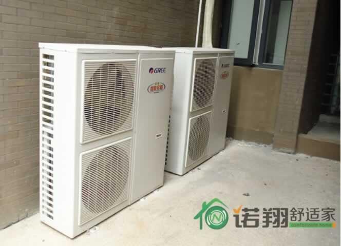通常格力中央空调的安装都由专业人员来完成,作为用户我们无需对步骤了解得很详细。但下面格力中央空调安装注意事项,大家十分有必要听听,因为这些往往是大家容易忽略的地方,处理不当会影响格力中央空调的使用效果。  格力中央空调安装注意事项-要接受占吊机空间的现实   格力中央空调室内机安装在吊顶内,至少要占用20cm层高,这是很多用户头疼的事。最好的补救办法就是:让装修设计师和暖通设计师一起上门查看,共同想办法在视觉效果上做修饰和弥补。 格力中央空调安装注意事项-与水电同时施工 更省力   什么时候进场安装格力中